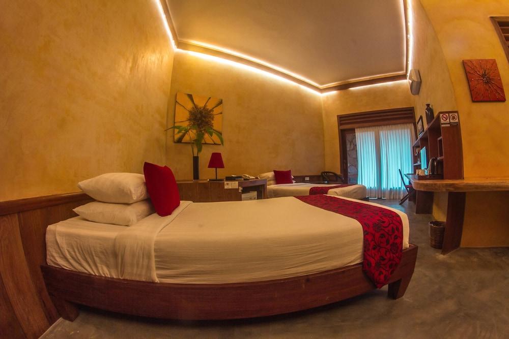 https://i.travelapi.com/hotels/34000000/33420000/33418400/33418387/2824555e_z.jpg