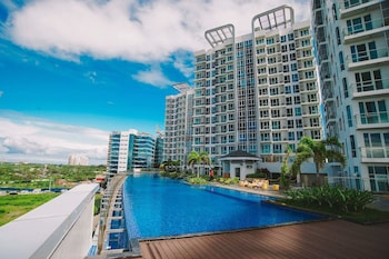 MACTAN NEWTOWN CONDOTEL Outdoor Pool