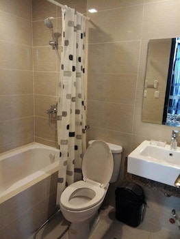 MACTAN NEWTOWN CONDOTEL Bathroom Shower