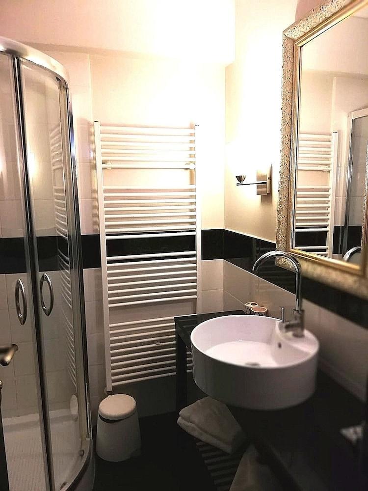 https://i.travelapi.com/hotels/34000000/33790000/33785100/33785051/8979304e_z.jpg