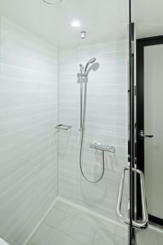 HOTEL TRUSTY PREMIER NIHONBASHI HAMACHO Bathroom Shower