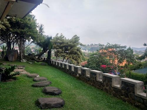 Villa Beverly Hills Puncak for 50 pax, Cianjur