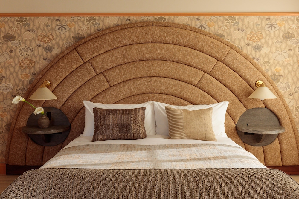 https://i.travelapi.com/hotels/34000000/33920000/33918100/33918033/77b2aead_z.jpg