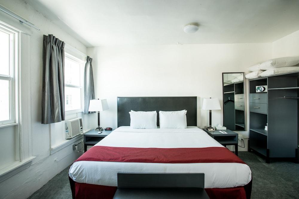 Standard Room, 1 Queen Bed, Shared Bathroom