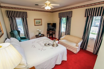 Basic Single Room, 1 King Bed, Courtyard View (James Henry)