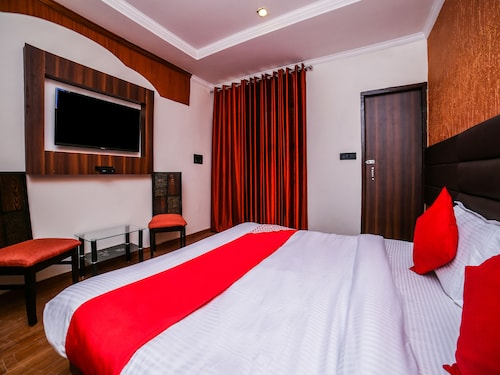 OYO 26589 Hotel Royal Town, West