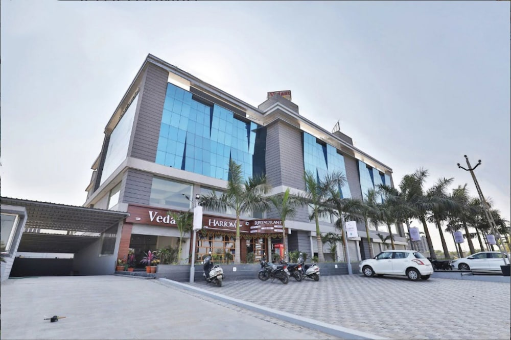Hotel Landmark by Sky Stays