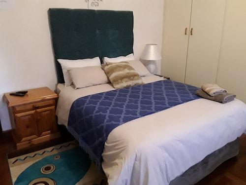 Victoria Oaks Guest House, Pixley ka Seme