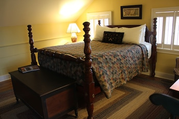 Classic Room, In the Hillside Cottages, 1 Queen Bed and 1 Twin Bed, Non Smoking