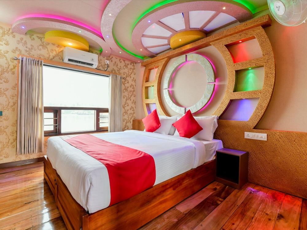 OYO 24290 Houseboat Anugraha Deluxe