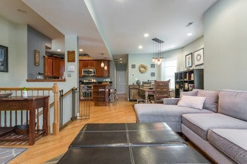 Spacious Split-level - Great for Groups!