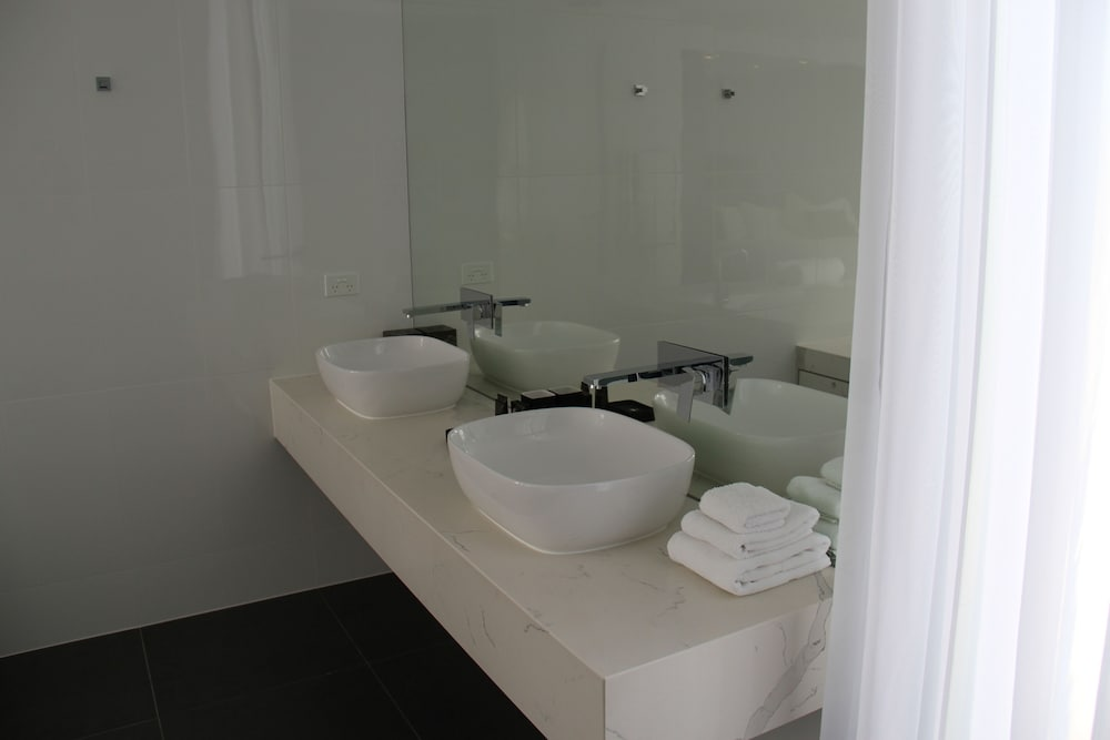 https://i.travelapi.com/hotels/36000000/35570000/35569900/35569899/aa6c8073_z.jpg