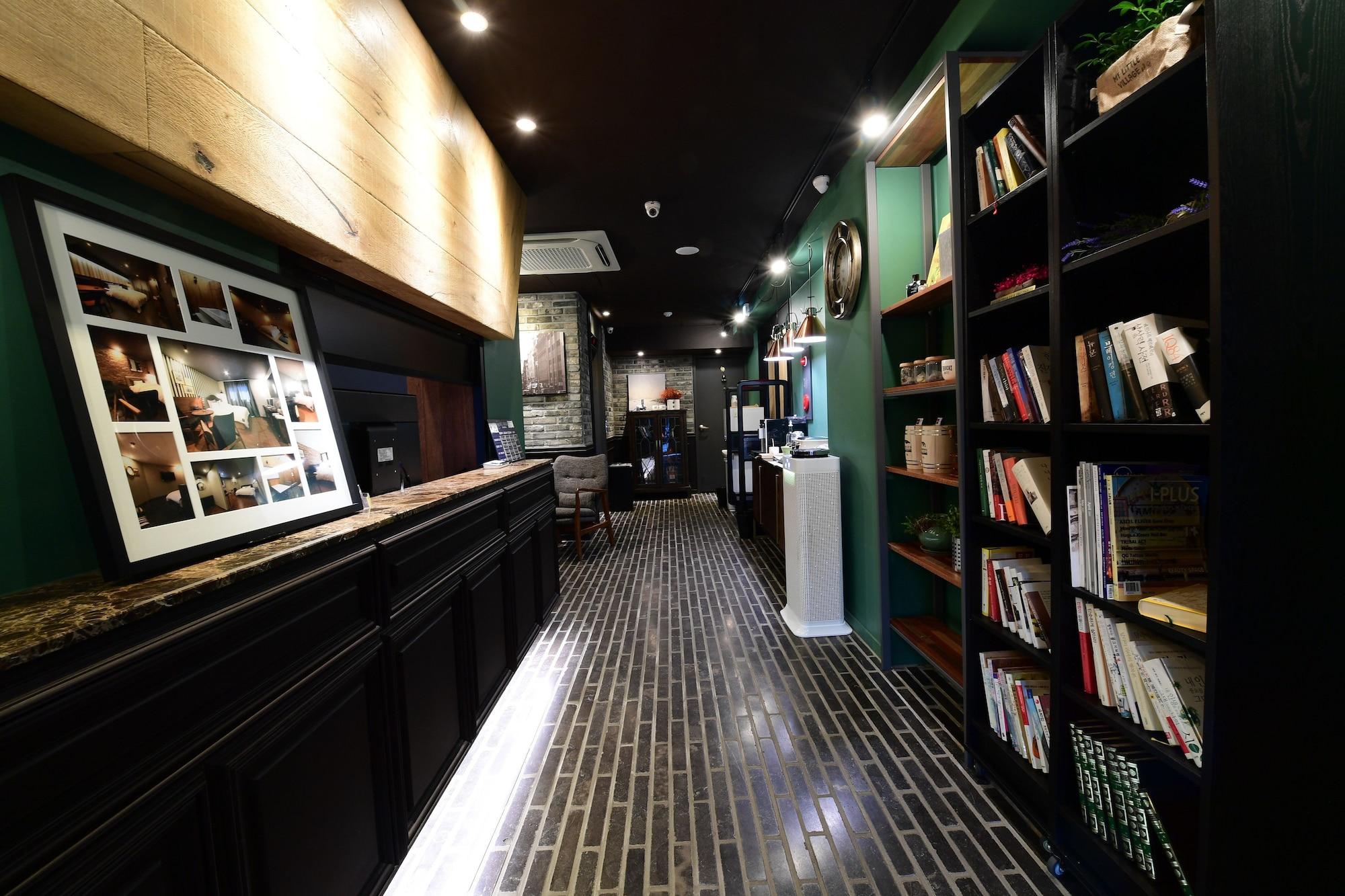 7 Bricks Hotel, Nam