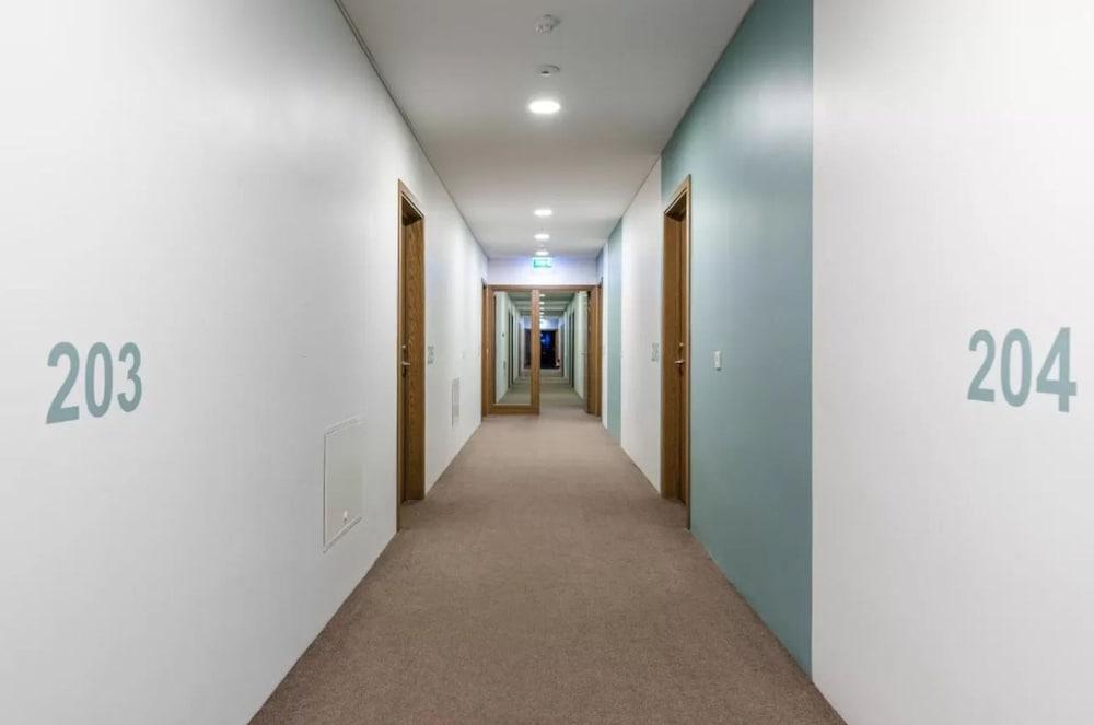 https://i.travelapi.com/hotels/36000000/35770000/35767900/35767873/9b974514_z.jpg