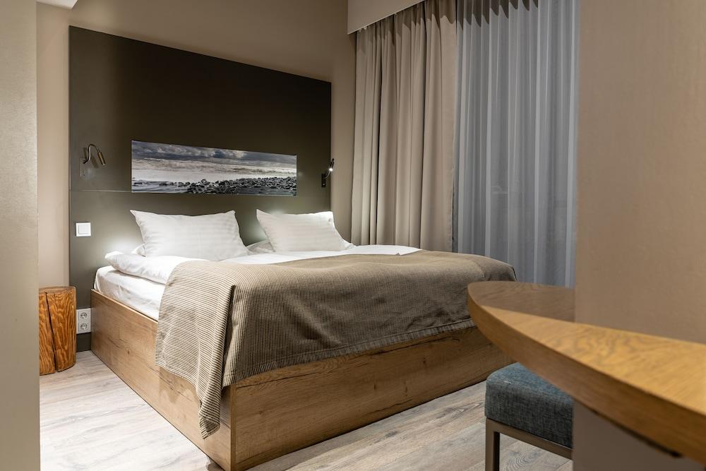 https://i.travelapi.com/hotels/36000000/35770000/35767900/35767873/d058e87a_z.jpg