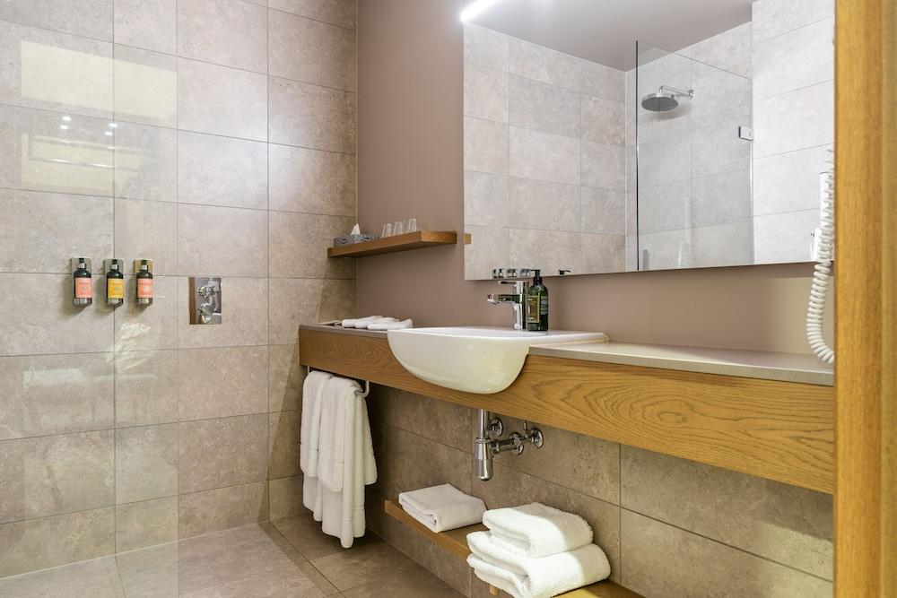https://i.travelapi.com/hotels/36000000/35770000/35767900/35767873/ecd70ffd_z.jpg