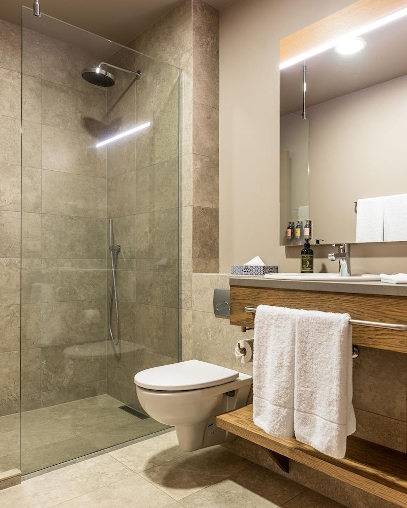 https://i.travelapi.com/hotels/36000000/35770000/35767900/35767873/f1611fc8_z.jpg