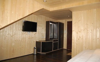 https://i.travelapi.com/hotels/36000000/35820000/35819000/35818938/aed63411_b.jpg