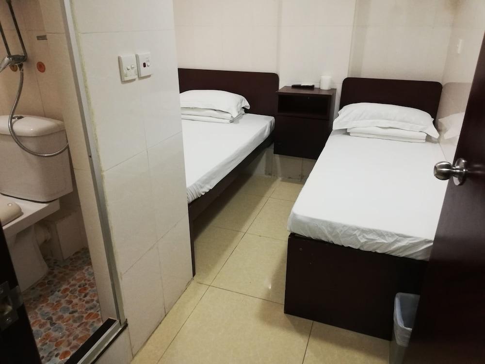 https://i.travelapi.com/hotels/36000000/35880000/35876600/35876584/61ff2818_z.jpg