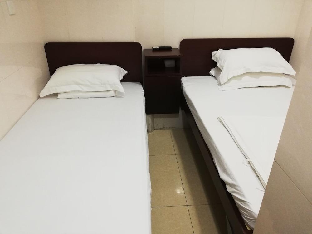 https://i.travelapi.com/hotels/36000000/35880000/35876600/35876584/8beb78c1_z.jpg