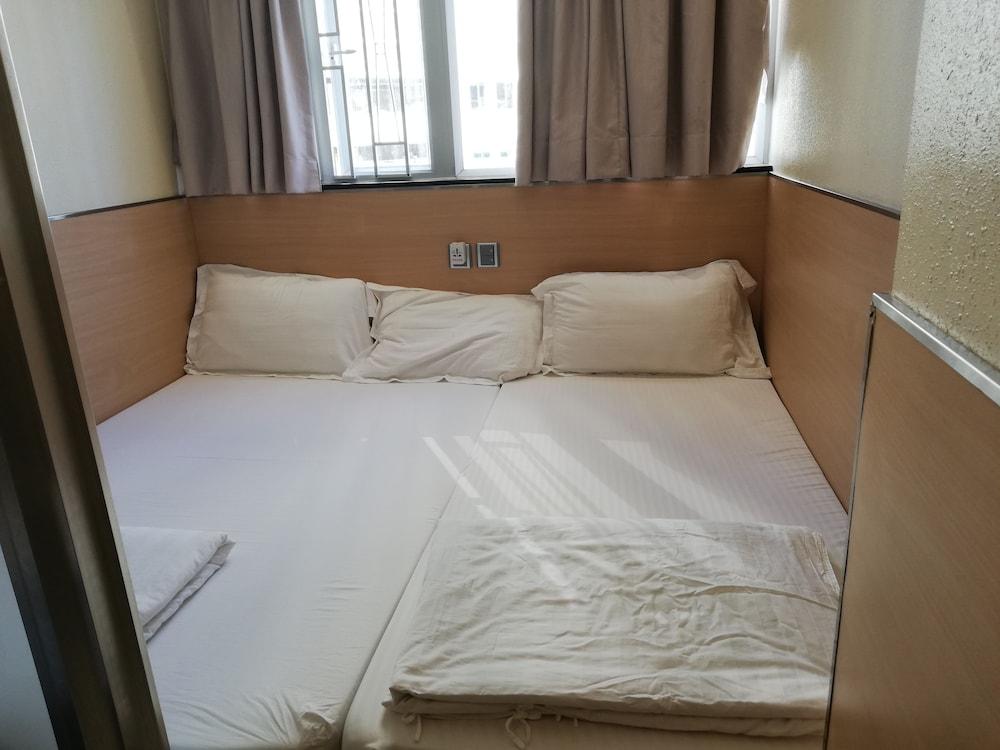 https://i.travelapi.com/hotels/36000000/35880000/35876600/35876584/aac03b84_z.jpg
