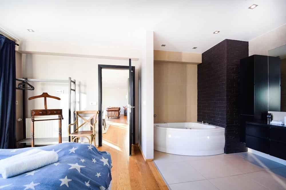 Apartment L103