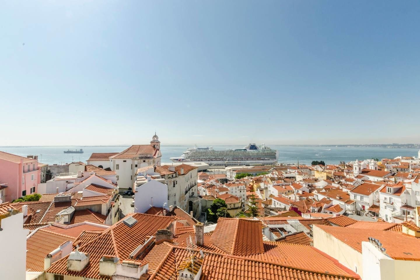 Spacious Apartment in Alfama With a Great View, Lisboa