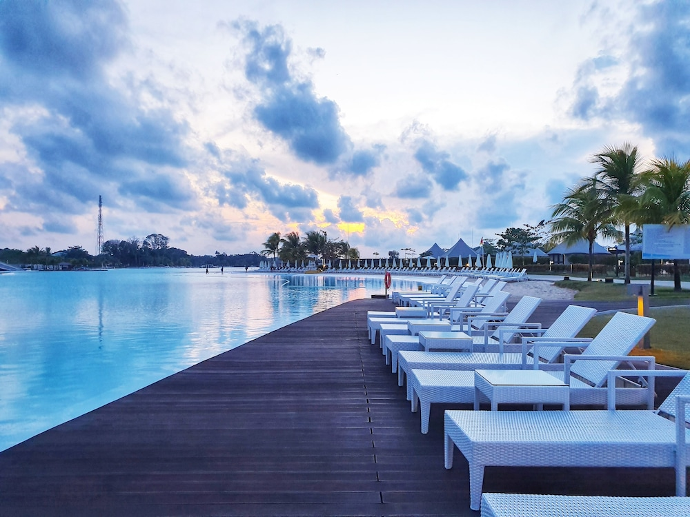 https://i.travelapi.com/hotels/37000000/36070000/36066500/36066447/8203f0f0_z.jpg