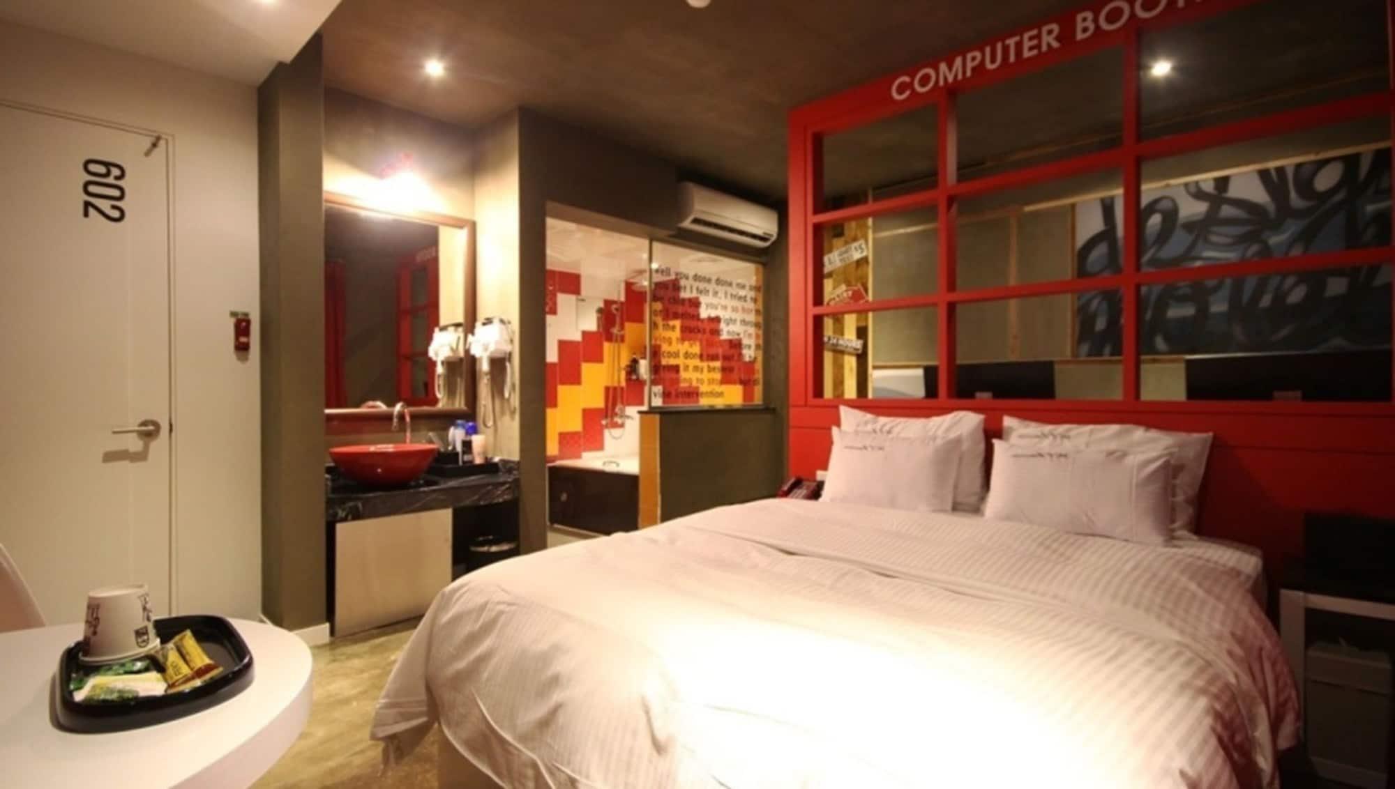 Design Motel XYM, Buk