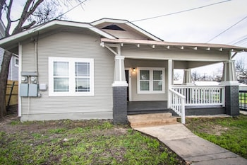 Hackberry St #A Renovated 2br/2ba Near Downtown