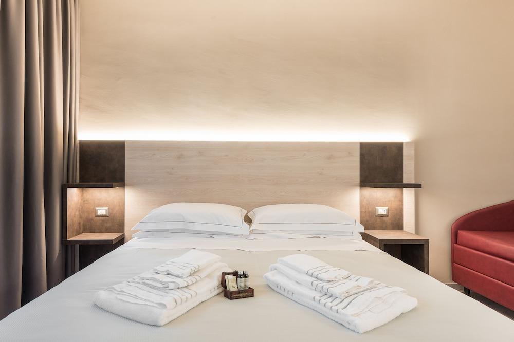 https://i.travelapi.com/hotels/38000000/37220000/37218500/37218499/b751a288_z.jpg