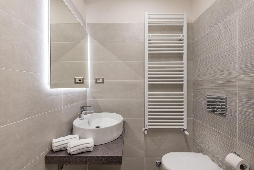 https://i.travelapi.com/hotels/38000000/37220000/37218500/37218499/df7938ae_z.jpg