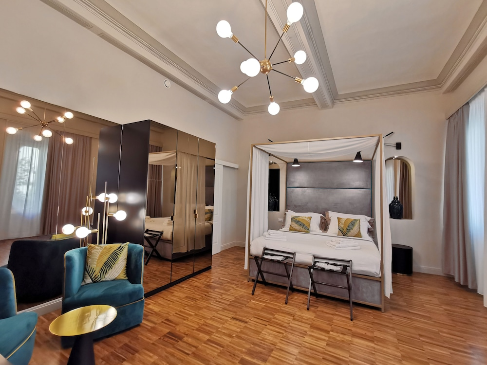 https://i.travelapi.com/hotels/38000000/37800000/37794900/37794886/bed7872a_z.jpg