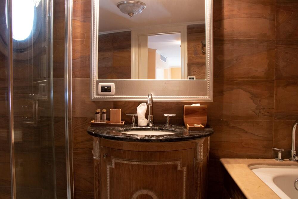 https://i.travelapi.com/hotels/39000000/38300000/38298400/38298395/6ec11b14_z.jpg