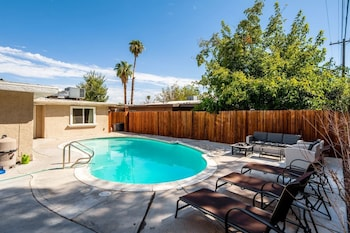 Vibrant in Vegas 4 Bd With Shimmering Pool! Image