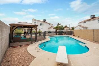 Vegas Getaway Sparkling Pool & Basketball Hoop!