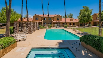 Cozy 2BR Condo with Pool by WanderJaunt