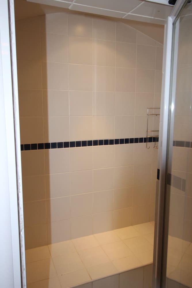 라 보헴 베드 앤드 브렉퍼스트(La Boheme Bed and Breakfast) Hotel Image 38 - Bathroom Shower