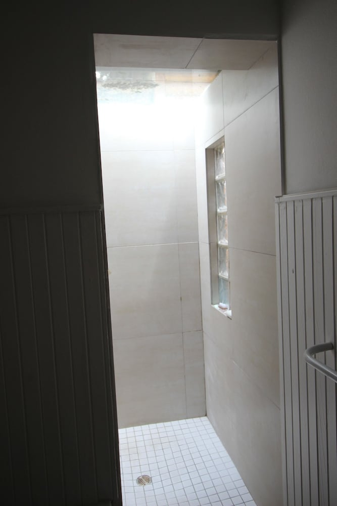 라 보헴 베드 앤드 브렉퍼스트(La Boheme Bed and Breakfast) Hotel Image 39 - Bathroom Shower