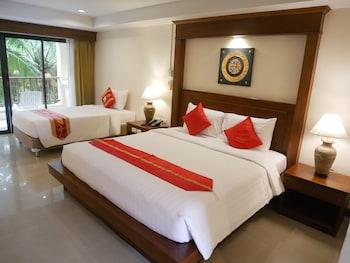 Triple Beds, Poolside