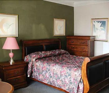 Deluxe Suite, 1 Queen Bed, Jetted Tub