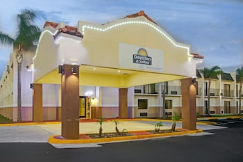 Days Inn & Suites by Wyndham Tampa near Ybor City photo