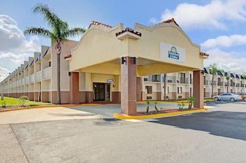 坦帕約波爾市附近溫德姆戴斯套房飯店 Days Inn & Suites by Wyndham Tampa near Ybor City