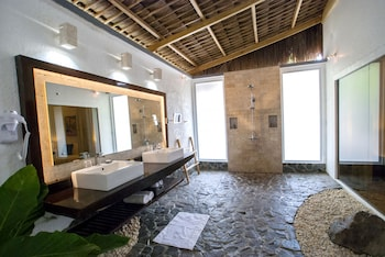 Atmosphere Resorts & Spa Dumaguete Bathroom