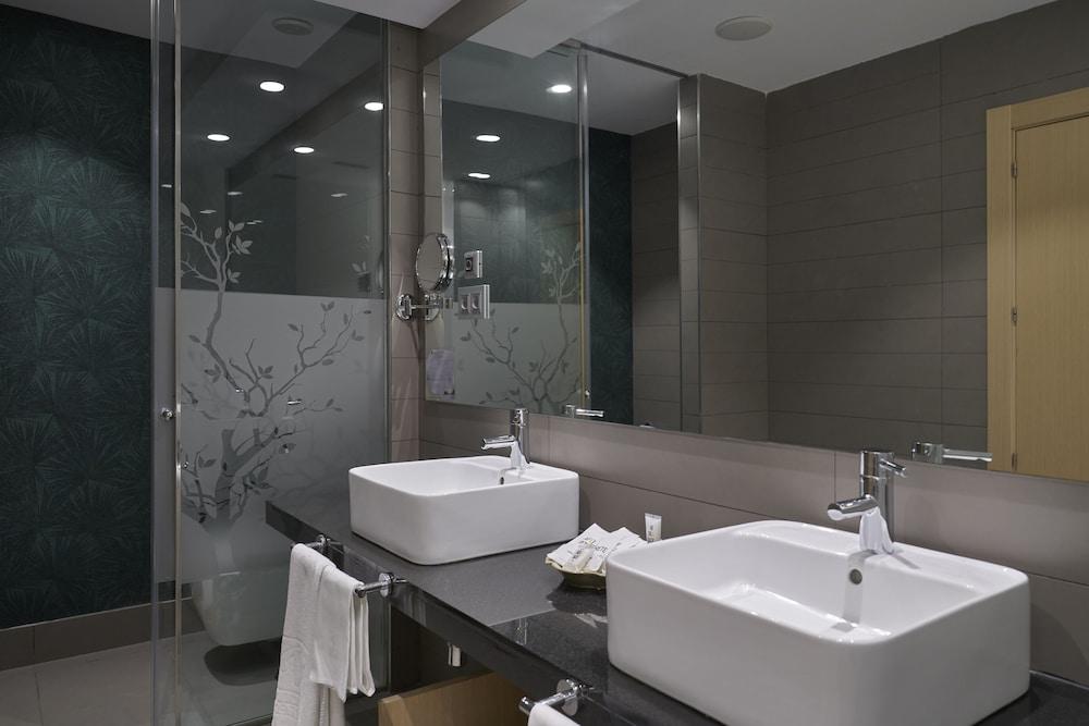 https://i.travelapi.com/hotels/4000000/3180000/3175600/3175600/78cc9b2a_z.jpg