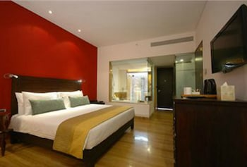 Standard Room, 1 King Bed, Courtyard Area