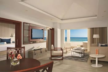 Club Room, 1 King Bed, Oceanfront (Preferred Master Suite)