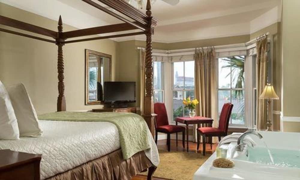 https://i.travelapi.com/hotels/4000000/3220000/3210300/3210226/8617eea7_z.jpg