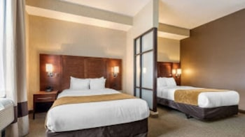 Suite, 2 Queen Bed with Sofa Bed, Accessible Roll-In Shower, Non Smoking