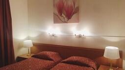 Triple Room (maroon Lounge 2)